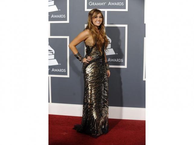 Miley Cyrus w wydekoltowanej, połyskliwej sukni ze zwierzęcym zdobieniem od Roberto Cavalli