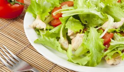 Kolorowa sałata z pieczonym kurczakiem