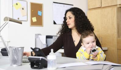 Kobieta z dzieckiem w pracy