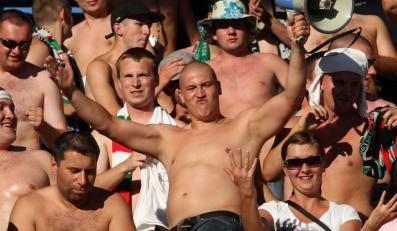 Piotr Staruchowicz z megafonem w ręku prowadzi doping biców Legii