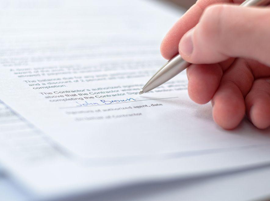Dlaczego umowę sprzedaży samochodu warto zawierać na piśmie?