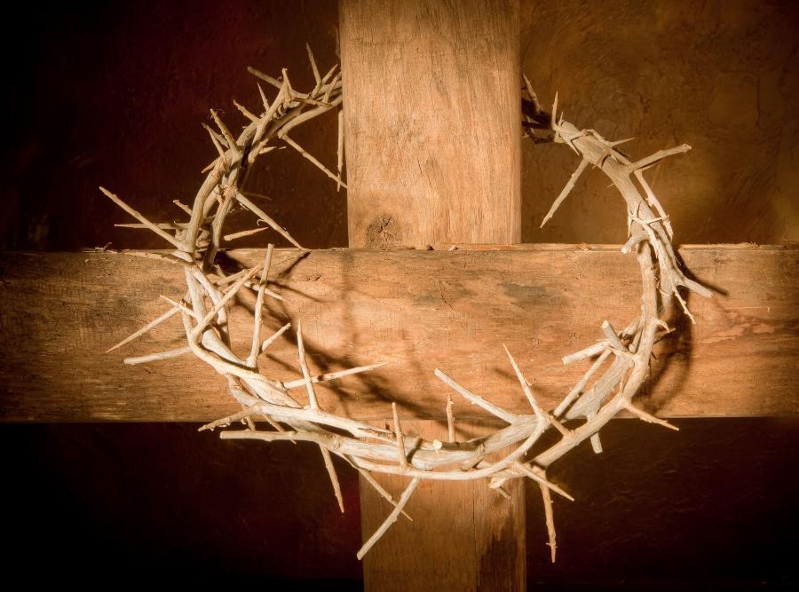 Korona cierniowa na krzyżu