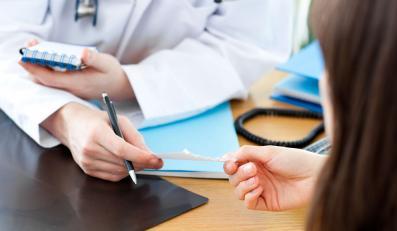 Lekarz podaje pacjentce receptę