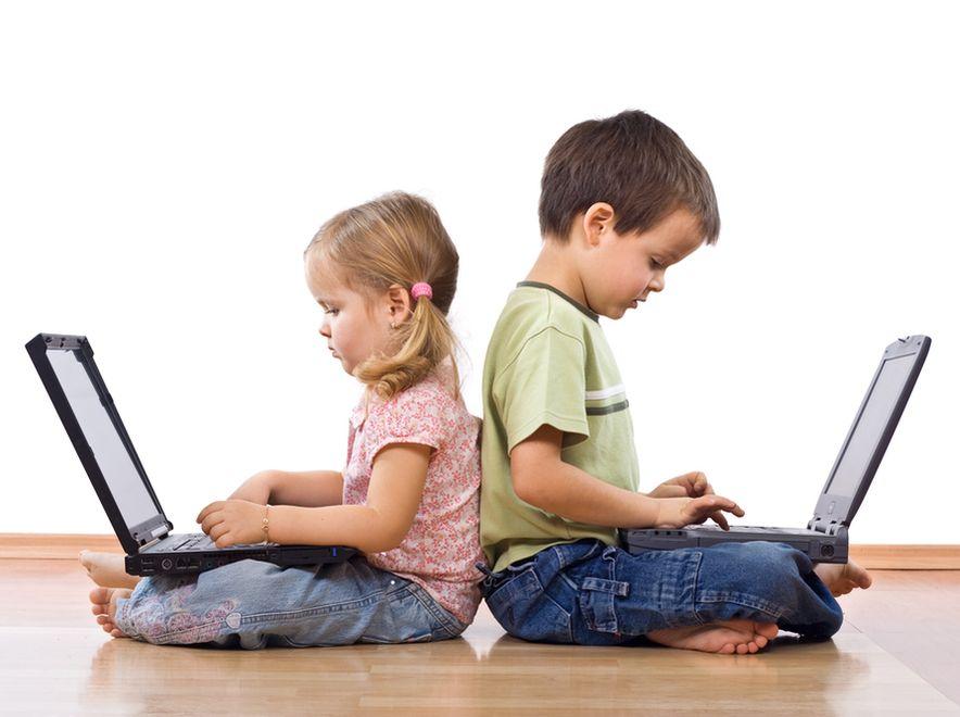 Uczniowie coraz chętniej wykorzystują w nauce komputer.