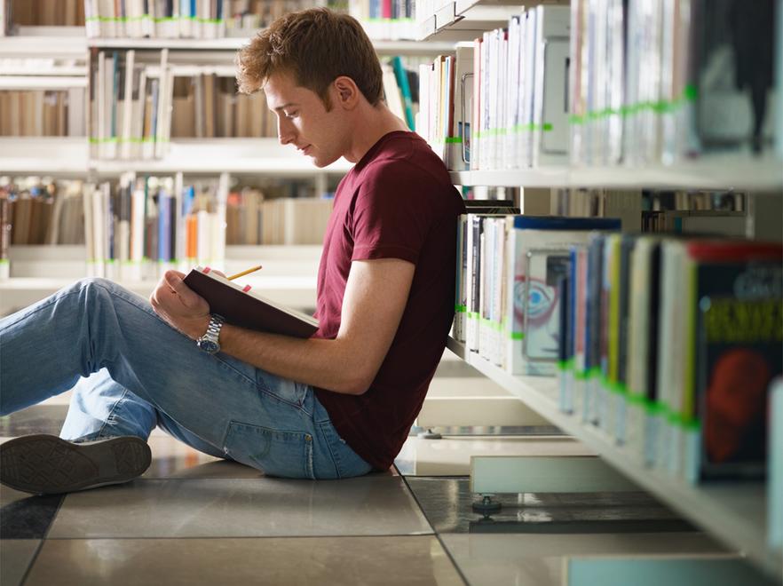 Student w bibliotece (zdjęcie ilustracyjne)