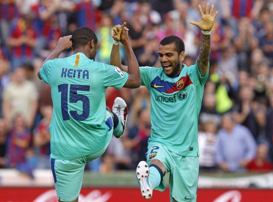 Seydou Keita i Dani Alves ciesza się ze zdobycia mistrzostwa Hiszpanii