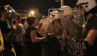 Rząd ubiega się o kolejną pożyczkę, a na ulicach trwają protesty przeciw cięciom oszczędnościowym