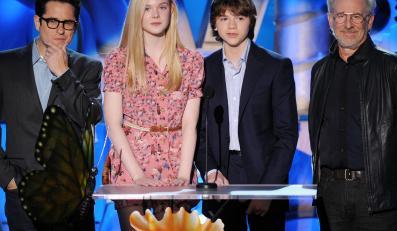 """Steven Spielberg, J.J. Abrams, Elle Fanning oraz Joel Courtney zaprezentowali fragmenty owianego tajemnicą filmu """"Super 8"""" na MTV Movie Awards"""