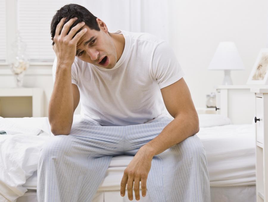 Brak snu może mieć poważne skutki dla zdrowia mężczyzny.
