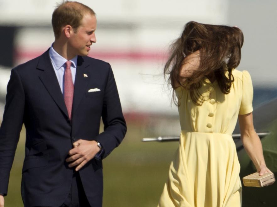 Kiedy księżna Catherine i książę William wyszli z samolotu, wiatr niemal ich porwał.