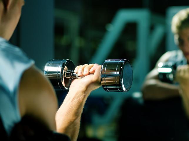 1. Lustro. Zmotywuje i pomoże wykonywać wszystkie ćwiczenia z dobrą techniką. Pamiętaj, że w domowej siłowni najczęściej będziesz ćwiczył bez partnera.