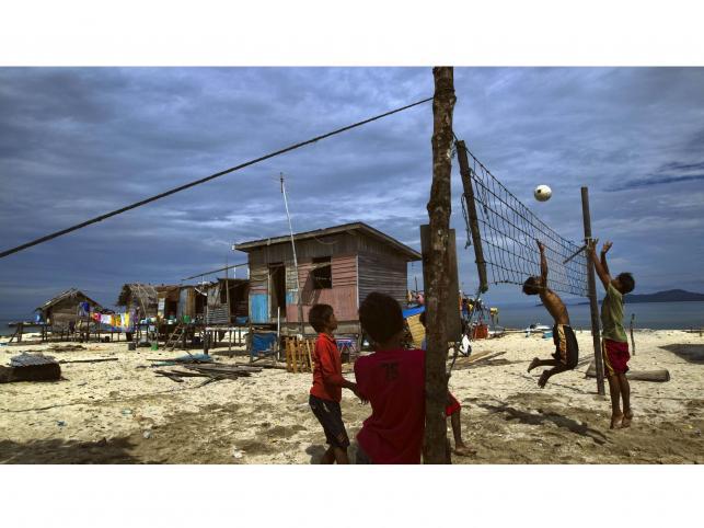 Chłopcy Bajaurają w siatkówkę w swojej wiosce na wyspie Gusungan