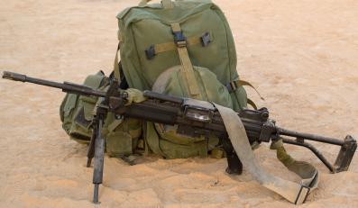 Ręczny karabin maszynowy Negev - strzela ogniem pojedynczym i seriami.  Posiada podwójny mechanizm zasilania. Lufa szybkowymienna z regulatorem gazowym, zakończona jest tłumikiem płomieni
