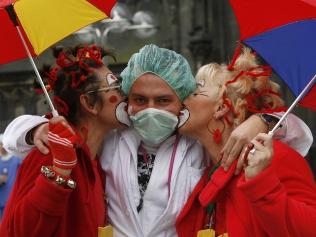 Kto by się przejmował świńską grypą, kiedy jest zabawa? W czasie karnawału w Kolonii w listopadzie 2009 roku wypadało pokazać się w gustownej masce higienicznej na twarzy