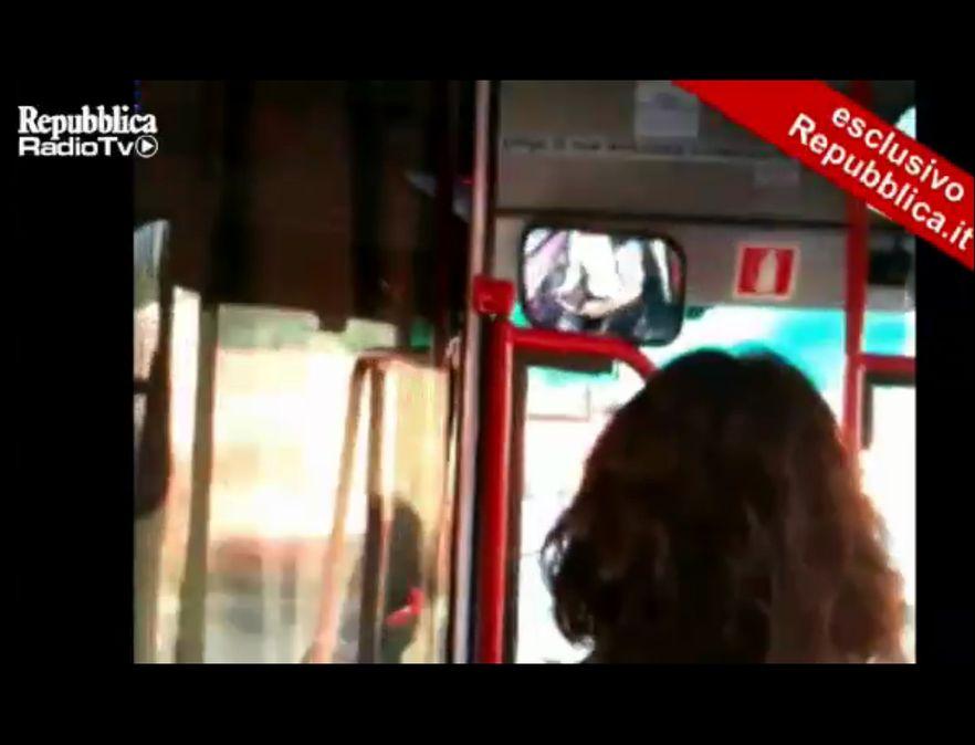 Kierowca autobusu miejskiego podczas jazdy bawił się tabletem; źródło: La Repubblica