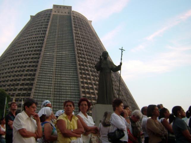 Pomnik papieża Jana Pawła II dogląda wiernych przed katedrą w Rio de Janeiro