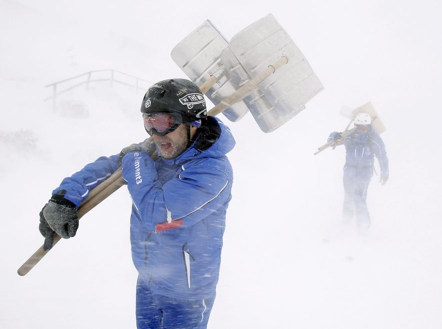 Śnieg odciął od świata narciarskie kurorty w Austrii