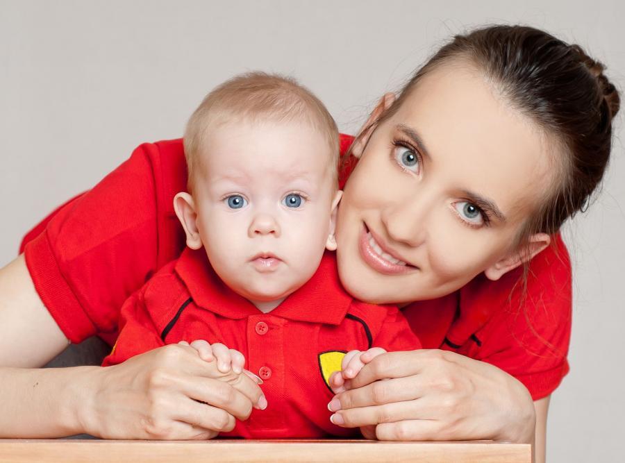 Kobieta opiekująca się dzieckiem