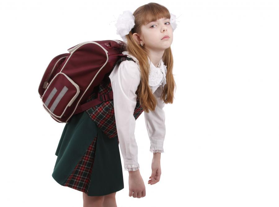 Uczennica z ciężkim plecakiem
