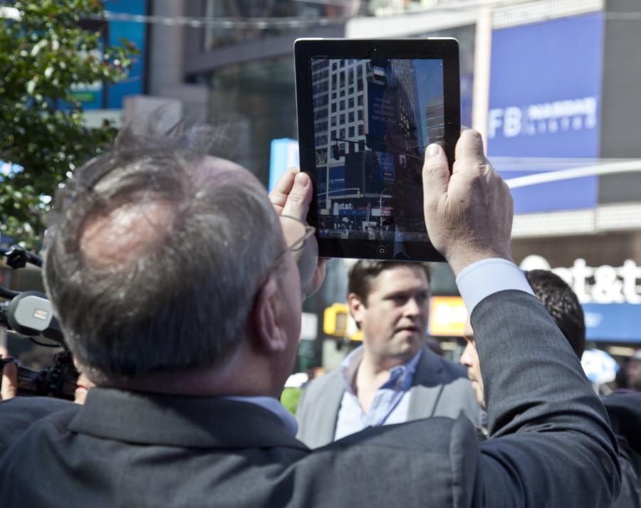 Mężczyzna z tabletem, zdjęcie ilustracyjne