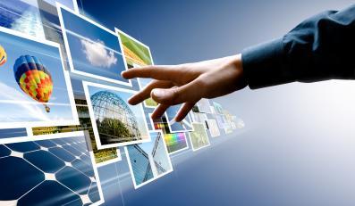Mężczyzna dotyka świata wirtualnego - wyobrażenie internetu