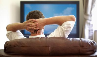 Mężczyzna oglądający telewizję
