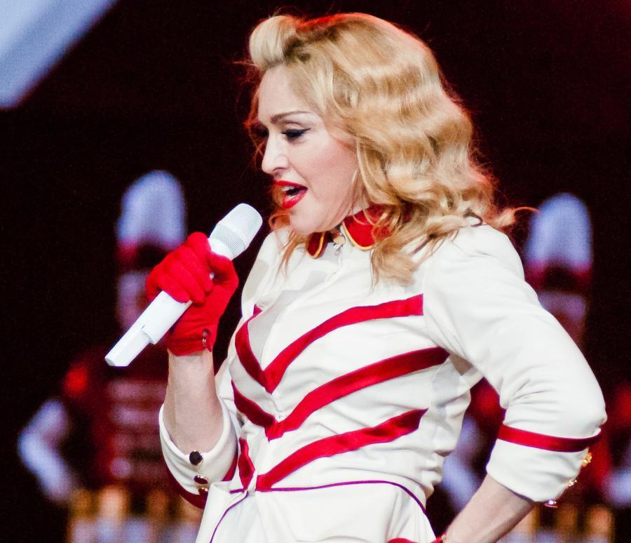 Madonna śpiewa z PSY i zbiera datki