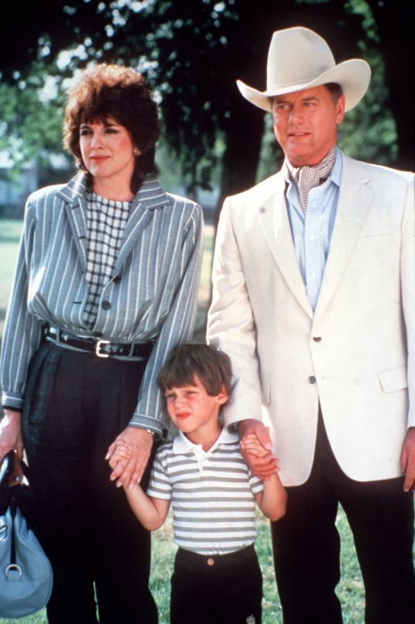 """Larry Hagman, Linda Gray i ich filmowy syn Omri Katz w serialu """"Dallas"""""""