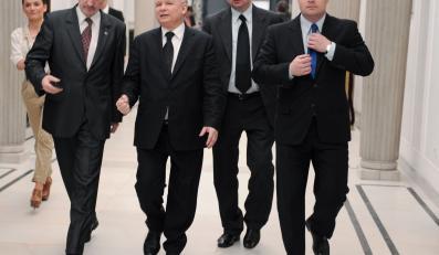 Politycy PiS na sejmowym korytarzu