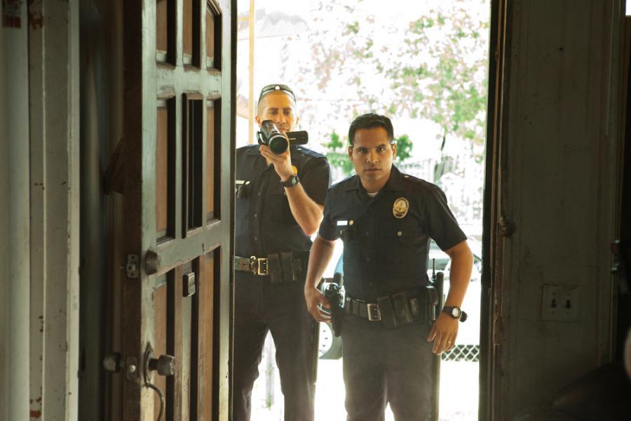 "Jake Gyllenhaal i Michael Pena w filmie ""Bogowie ulicy"""
