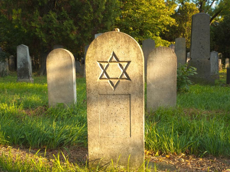 Macewy na żydowskim cmentarzu