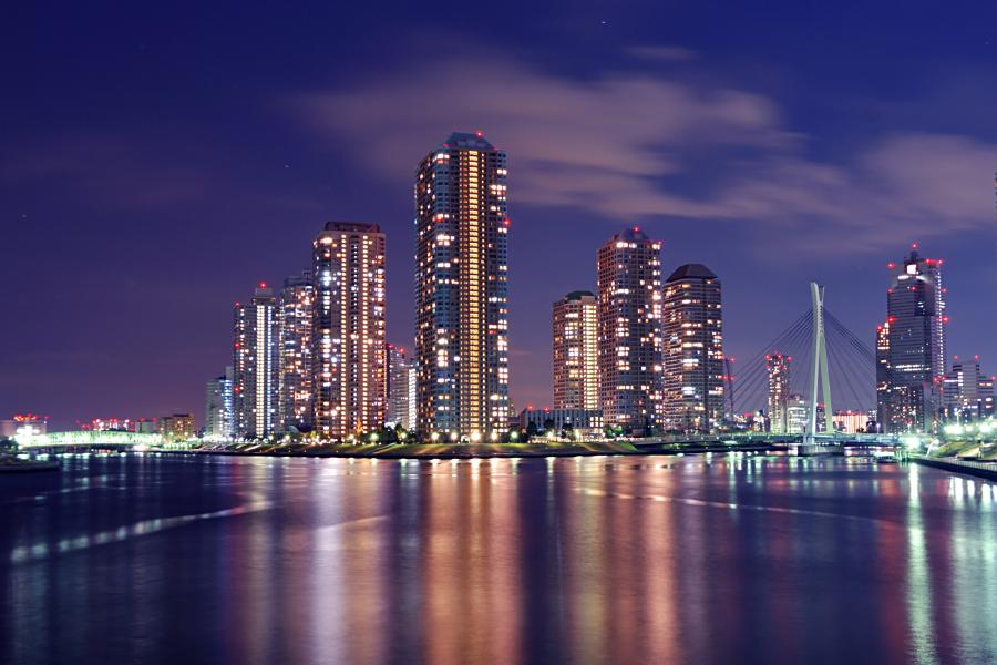 Centrum Tokio nocą