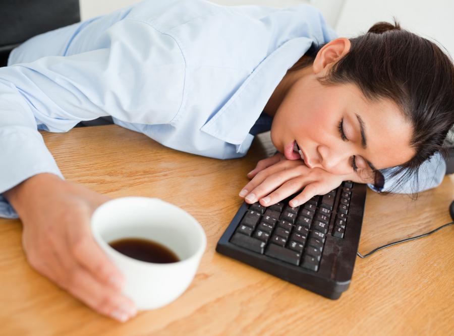 Kobieta śpiąca przy komputerze