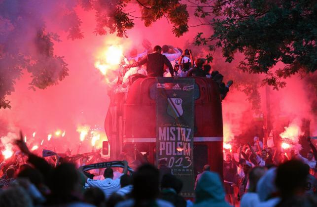 Tak legioniści fetowali mistrzostwo na ulicach Warszawy