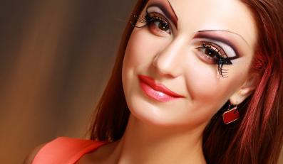 Kobieta ze sztucznymi rzęsami