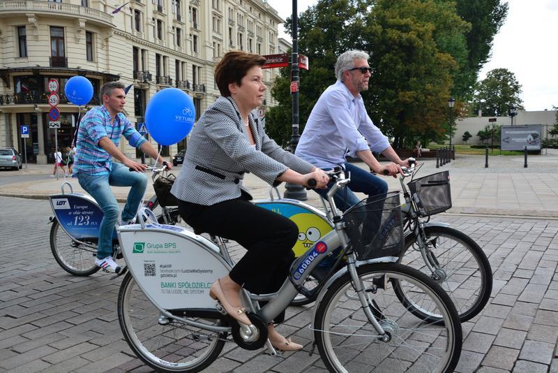 Hanna Gronkiewicz-Waltz na rowerze, fot. R. Motyl, źródło: facebook.com/hanna.gronkiewiczwaltz