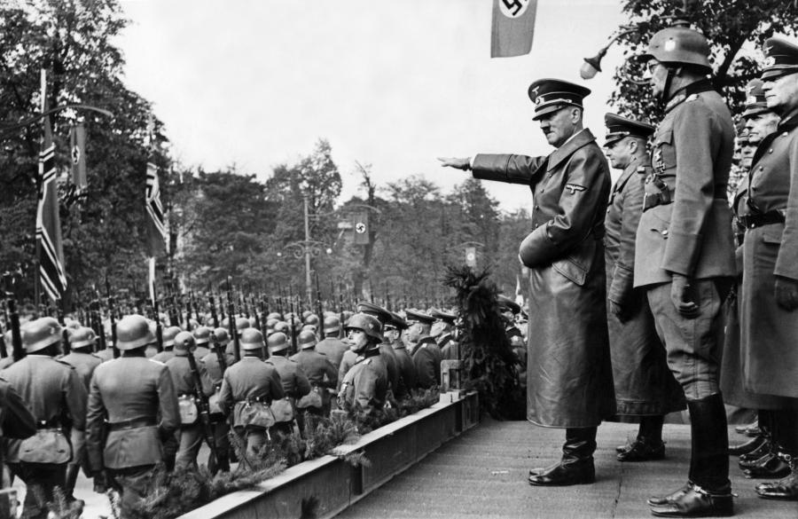 Adolf Hitler odbiera defiladę wojsk w Alejach Ujazdowskich 5 października 1939 roku