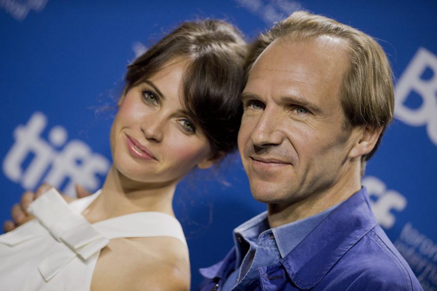 Felicity Jones i Ralph Fiennes
