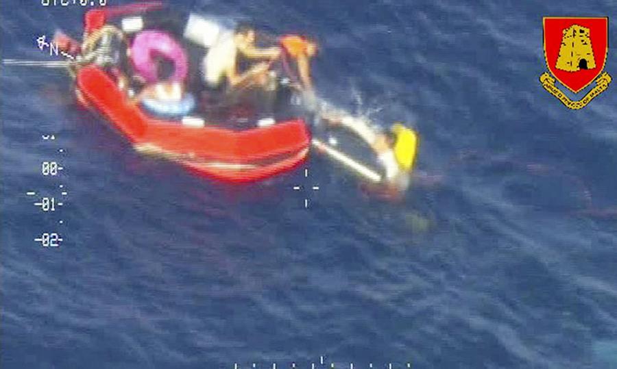 Ratownicy wciągają imigrantów do łodzi