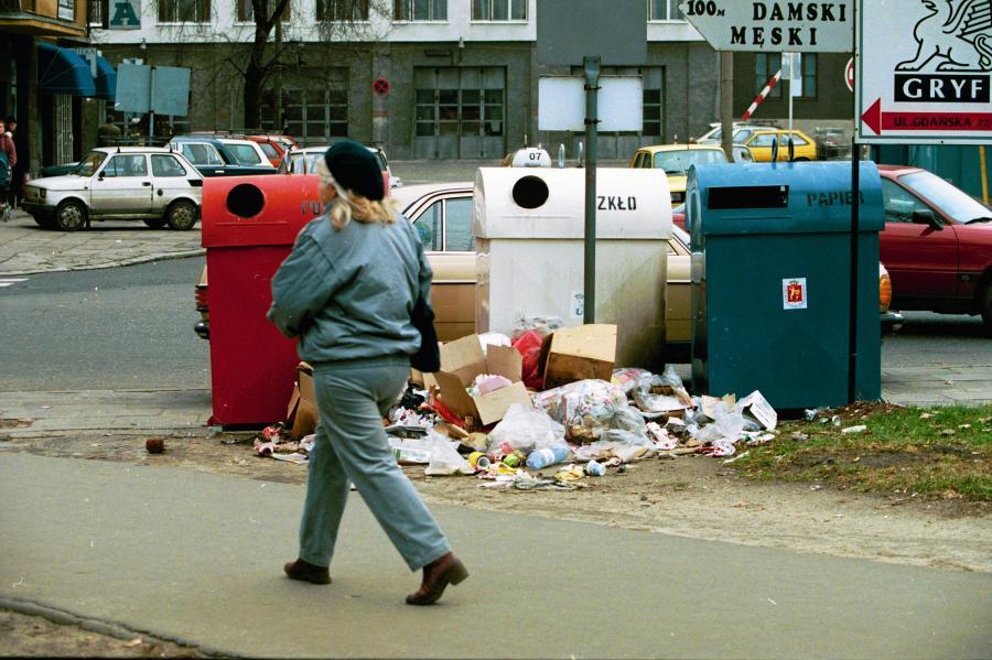 Śmieci u zbiegu ulic Gdańskiej i Słowackiego w Warszawie