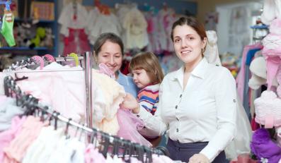 Zakupy w sklepie z odzieżą dziecięcą