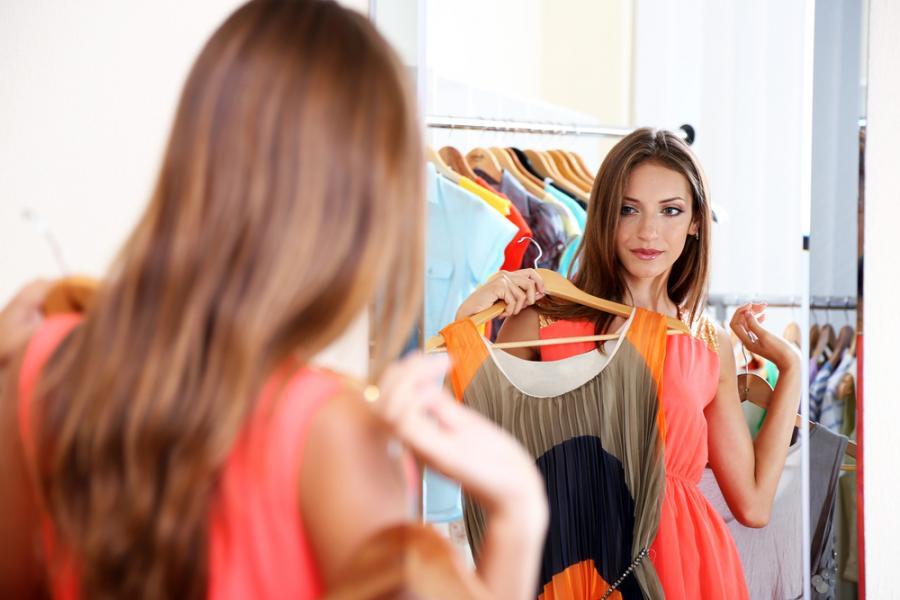 Kobieta mierząca ubrania