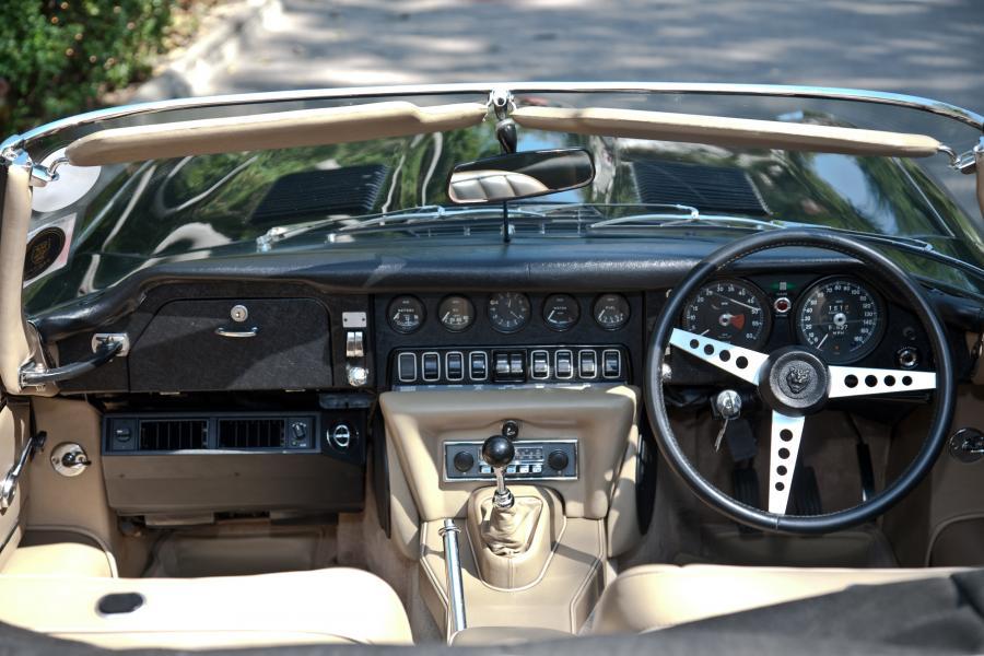 Wnętrze jaguara z kierownicą po prawej stronie