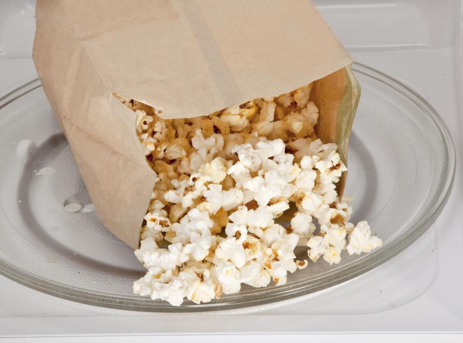 Mała paczka popcornu (12 g) – 62 kcal