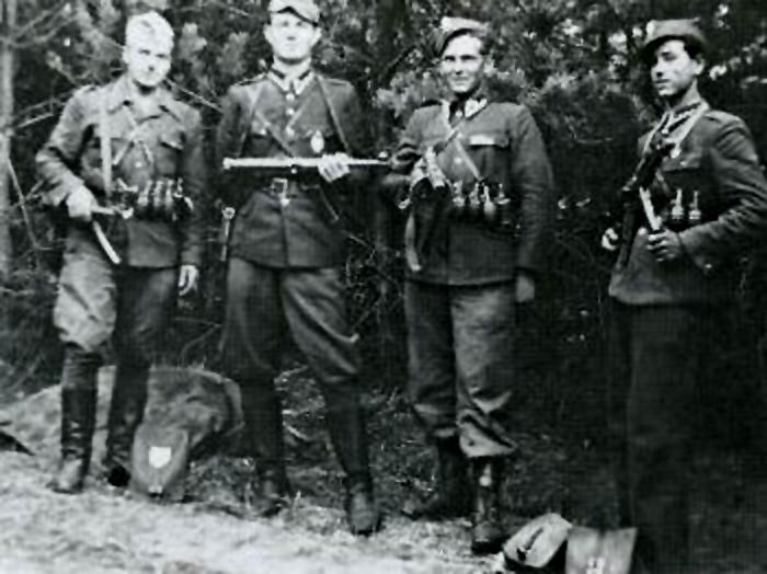 Czerwiec 1947. Żołnierze Wyklęci antykomunistycznego podziemia. Od lewej: Henryk Wybranowski \