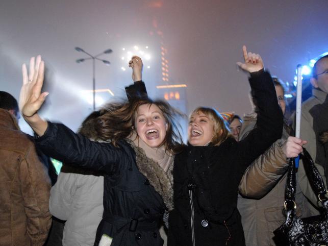 Tłum na Placu Defilad w Warszawie