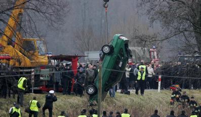 Wydobycie samochodu, w którym zginęli policjanci