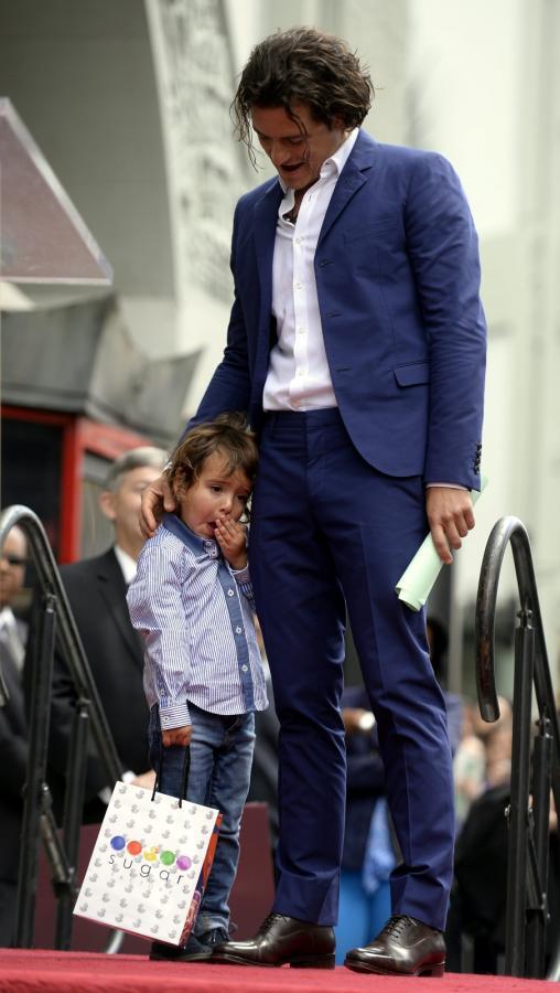 Orlando Bloom i ciut znudzony mały Flynn podczas uroczystości w Hollywood