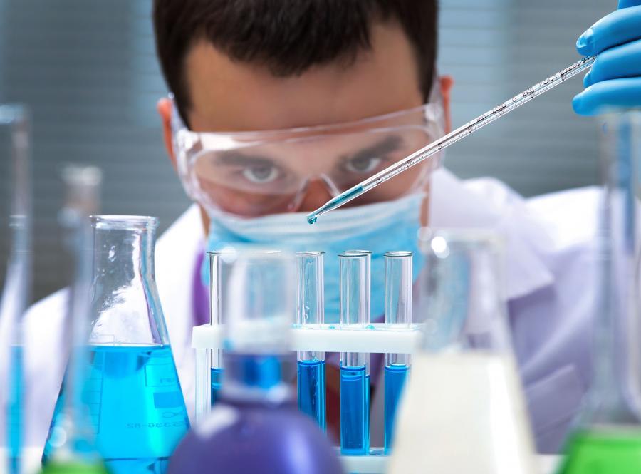 Naukowiec w laboratorium