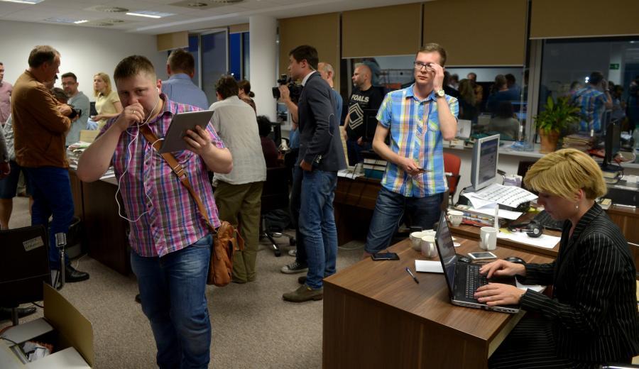 Dziennikarze w redakcji \